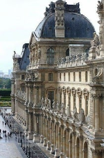 El Museo El Louvre en el bus turístico por Paris