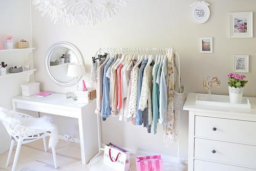 Araras de roupas para quartos femininos