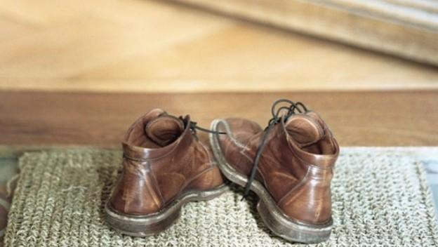 3 βασικοί λόγοι για να μη φοράτε παπούτσια μέσα στο σπίτι