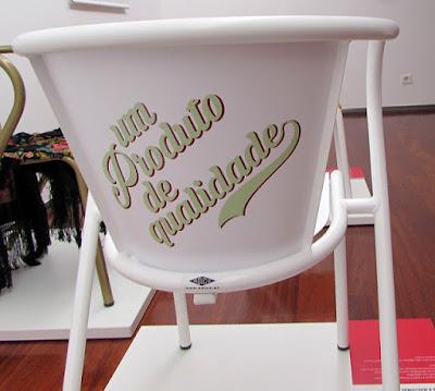 uma cadeira ADICO com a inscrição: um produto de qualidade