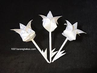 Cara mudah bikin kreasi bunga hias dari kertas bekas