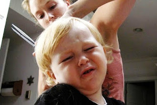 bikin ketawa ekspresi lucu para balita saat rambutnya dipotong
