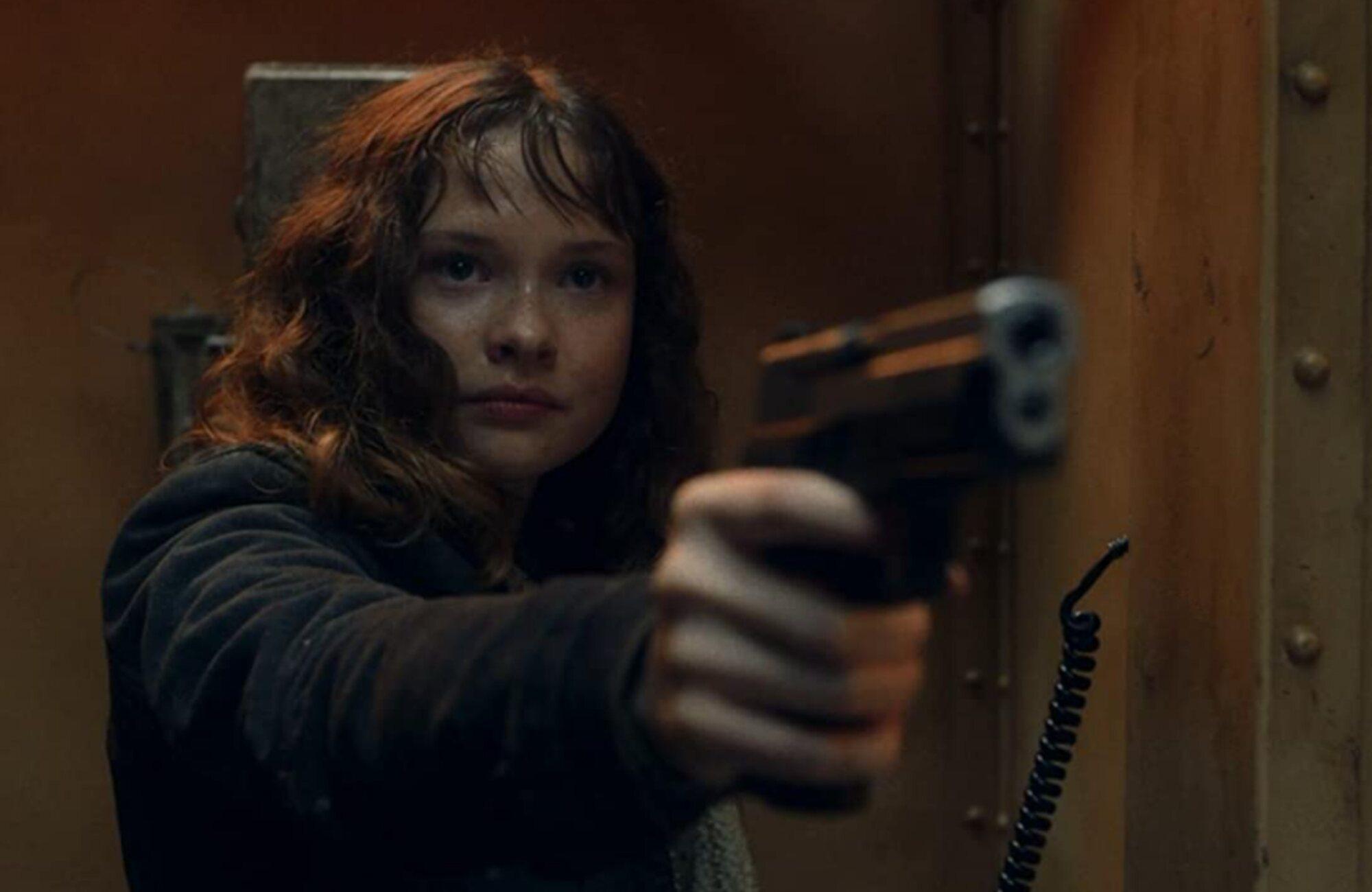 Dakota amenaza con un arma a Strand en Fear The Walking Dead