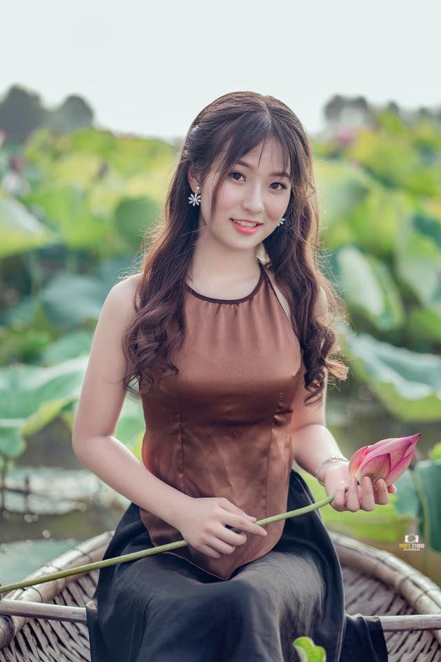 Gái xinh mặc áo yếm Bùi Thị Lan