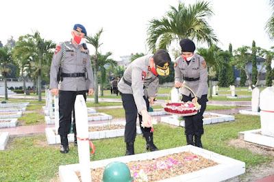 Hari Bhayangkara Ke-74, Kapolda Jambi Ziarah dan Tabur Bunga di TMP Satria  Bhakti