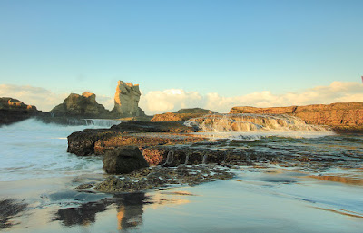 Gelobang pecah selaksa air terjun di pantai Klayar