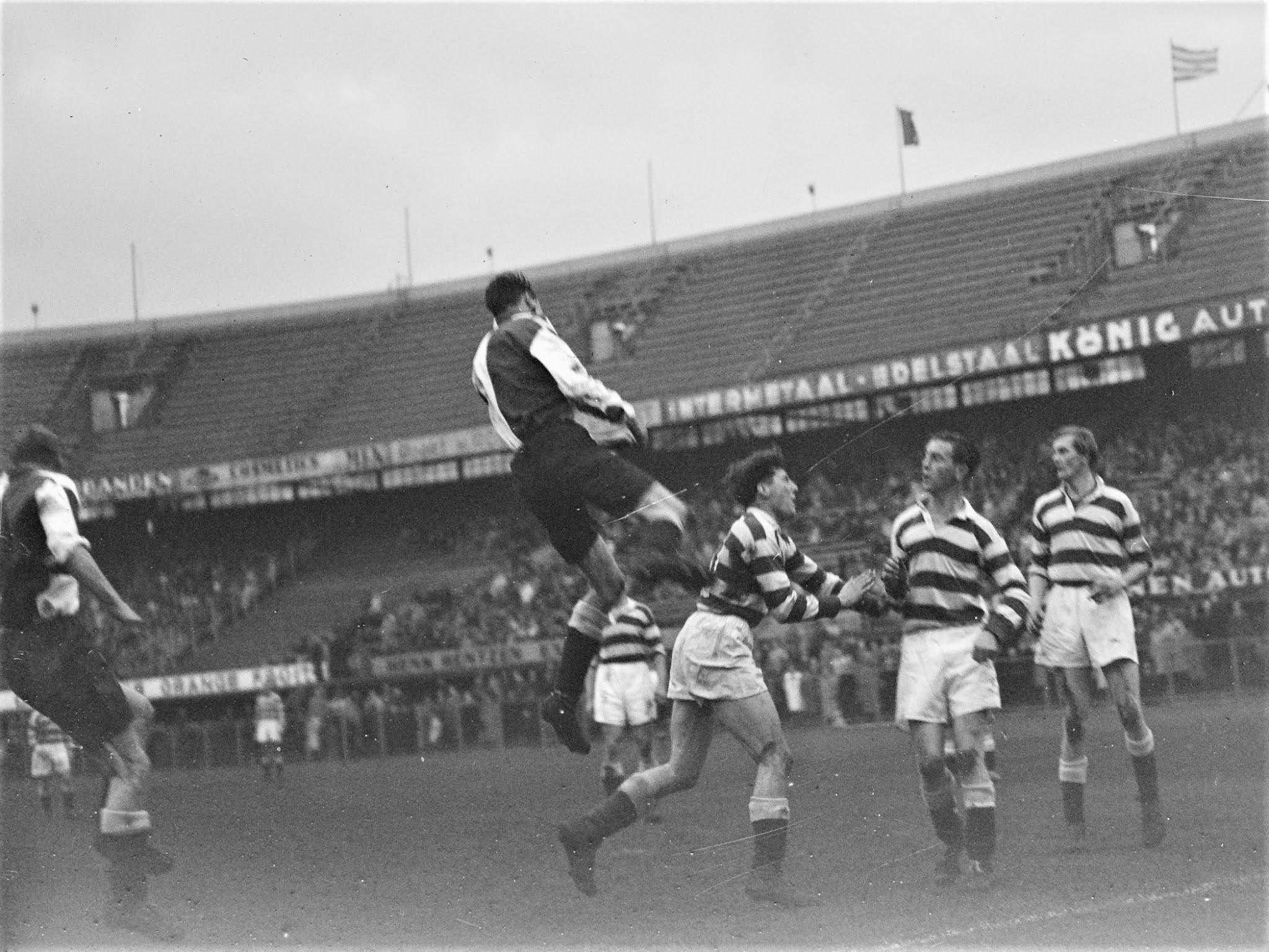 Feyenoord-verdediger Joop Smulders heerst in de lucht