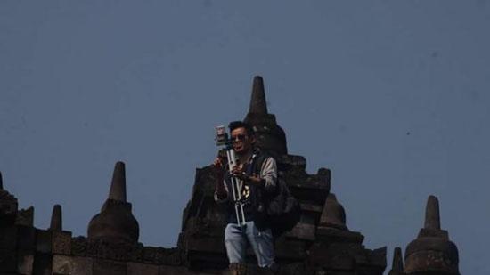 Foto Pria Panjat Candi Borobudur Untuk Selfie