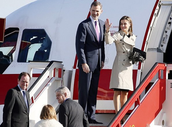 Queen Letizia wore Hugo Boss Cascadia Double Breasted Trench, and Carolina Herrera pumps Hugo Boss Viphima Flared skirt