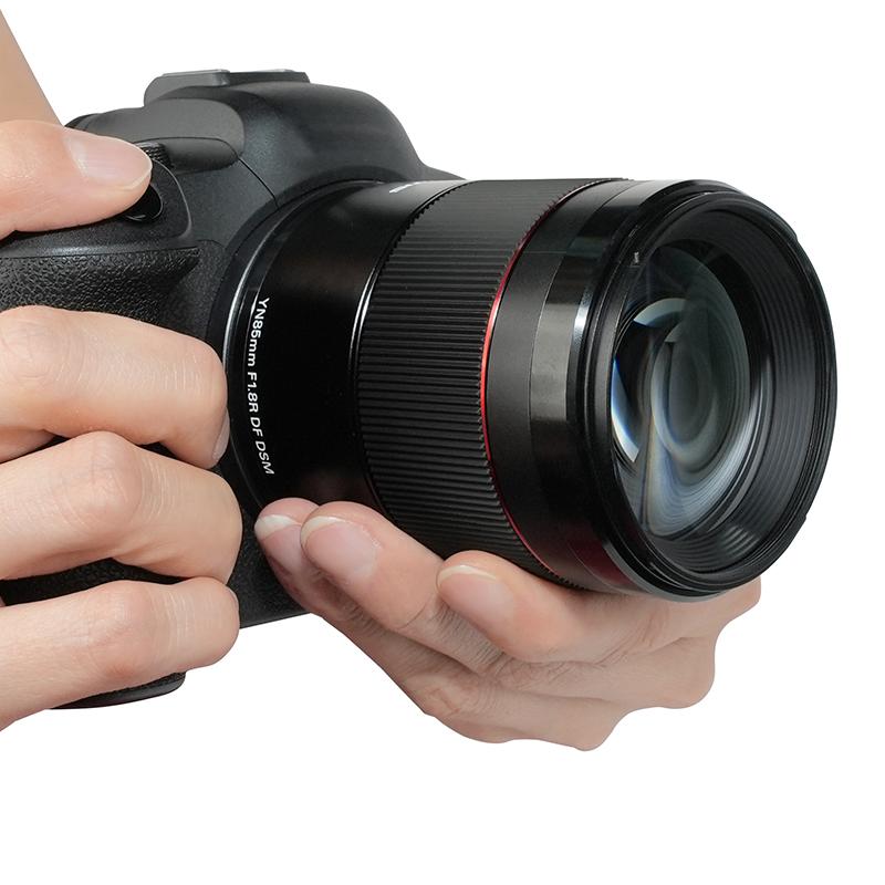 Yongnuo YnLens YN 85mm f/1.8R DF DSM AF с камерой в руках