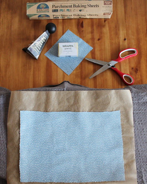 Ingredienser og utstyr til å lage vokspapir med strykejernmetoden