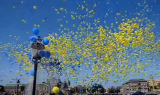 50.000 Luftballons schweben für die Werbung am Himmel.