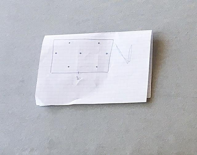 Odręczny rysunek z rozmieszczeniem guzików tapicerskich na zagłówku