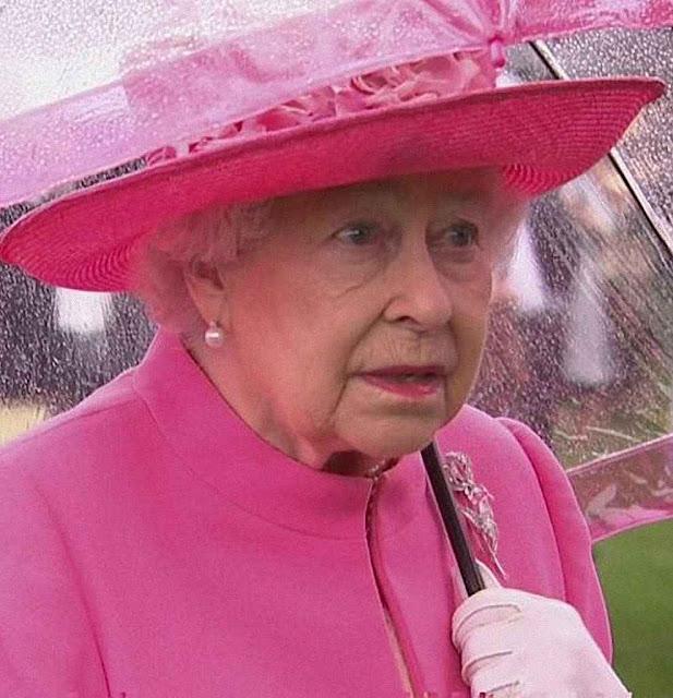 A rainha espantada com a falta de educação dos diplomatas socialistas.