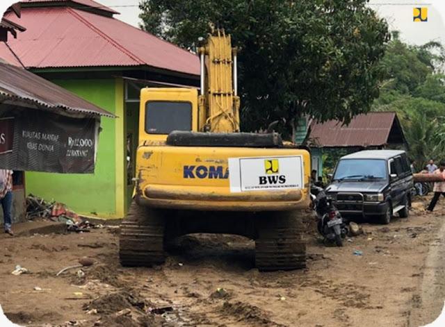 Alat berat (excavator) Kementerian PUPR dari BWS Sumatera V untuk normalisasi Batang Liki pasca banjir