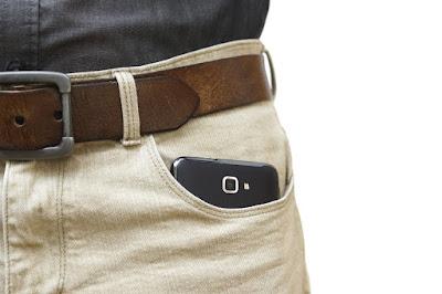 Ini Bahaya Jika Mengantongi Smartphone Di Saku Celana!