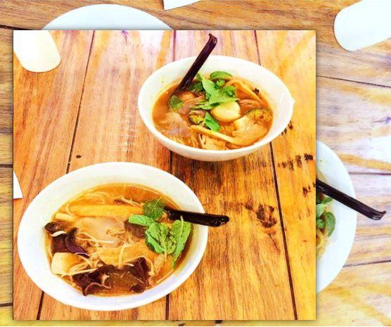 Salah satu masakan yang menjadi masakan khas negeri Thailand paling terkenal yaitu  Resep Tom Yam Kuah Bening | Resep Masakan Khas Negera Thailand