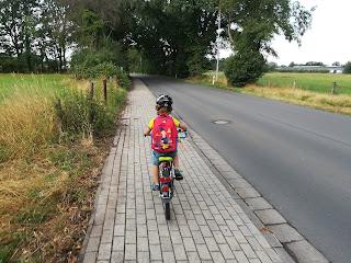 Kind Fahrrad Rucksack Dorf