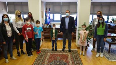 Ευχές και Πασχαλινές λαμπάδες στον δήμαρχο από τα παιδιά των ΚΔΑΠ