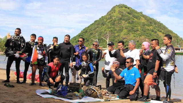 Komunitas Selam Bersihkan Sampah di Perairan Waecicu Labuan Bajo
