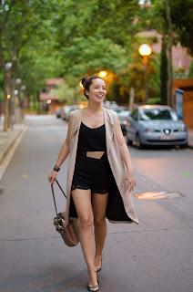 Cómo combinar un short de encaje negro en tu look