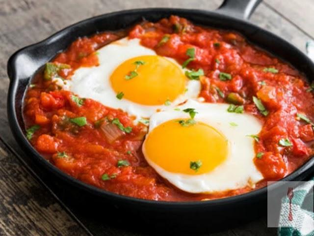 ✔️ Cómo hacer huevos en salsa