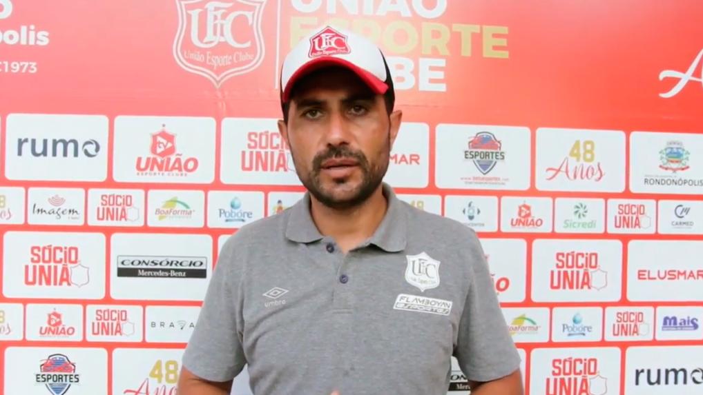 Técnico de futebol do União coletiva de imprensa