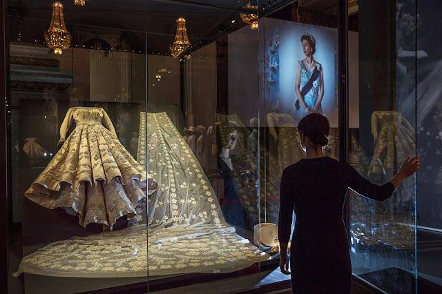 كتاب جديد يكشف الوجه الآخر للعملة الملكة والملبِّسة وخزانة الملابس أسرار القصر
