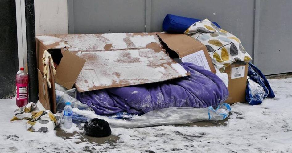 Όταν είσαι στο δρόμο στο παγωμένο τσιμέντο, με ένα χαρτόκουτο και μια κουβέρτα