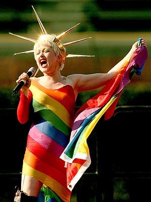 Foto de Cyndi Lauper con ropa de colores