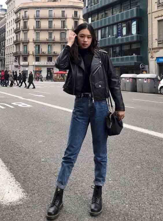 Calça jeans, jaqueta de couro e bota coturno