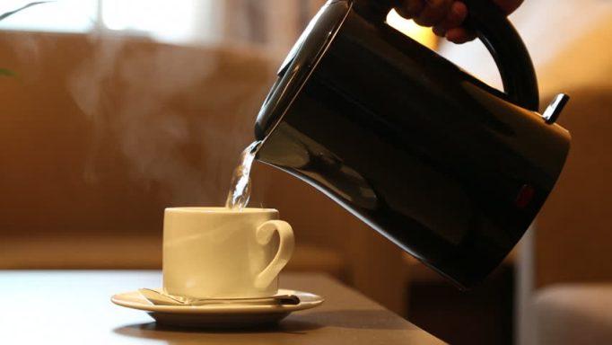 5 Manfaat Luar Biasa Minum Air Hangat di Pagi Hari