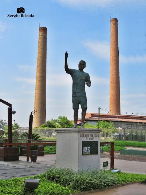 Fotocomposição com destaque para a Escultura Ademir da Guia e as chaminés da Casa das Caldeiras - Água Branca - São Paulo