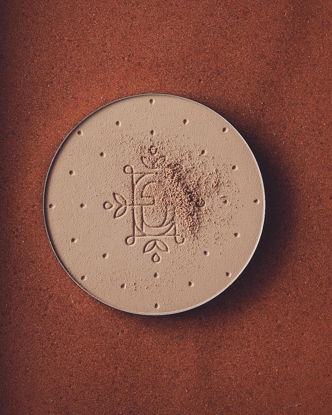 feerie celeste bewitched bronze bronzing and contouring powder puder brązujący kolory brązerów pixie cosmetics brązer naturalny brązer jak wygląda na skórze brązer nie zapycha porów 100 taupe whisper brązer dla bladej skóry