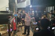 Blusukan Malam Hari di Solo, Kapolri Bagikan Sembako ke Pedagang