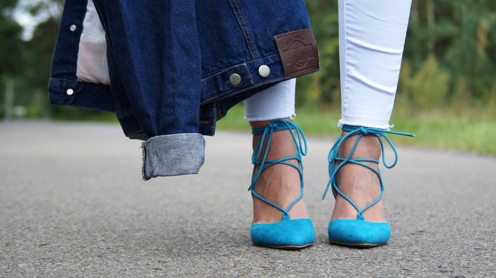 Biały look z kurtką jeansową i turkusowymi szpilkami