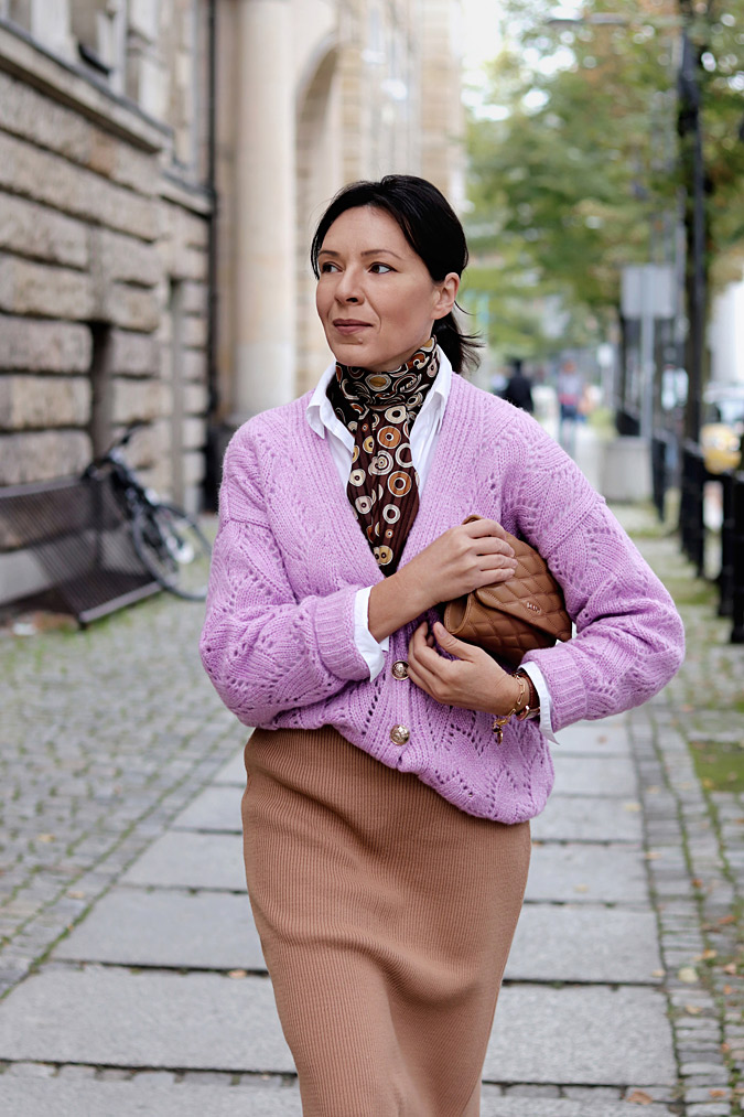 wrzosowy sweter rozpinany stylizacje