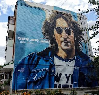 Изюм. Пл. Джона Леннона, 3. Мурал с изображением солиста The Beatles.