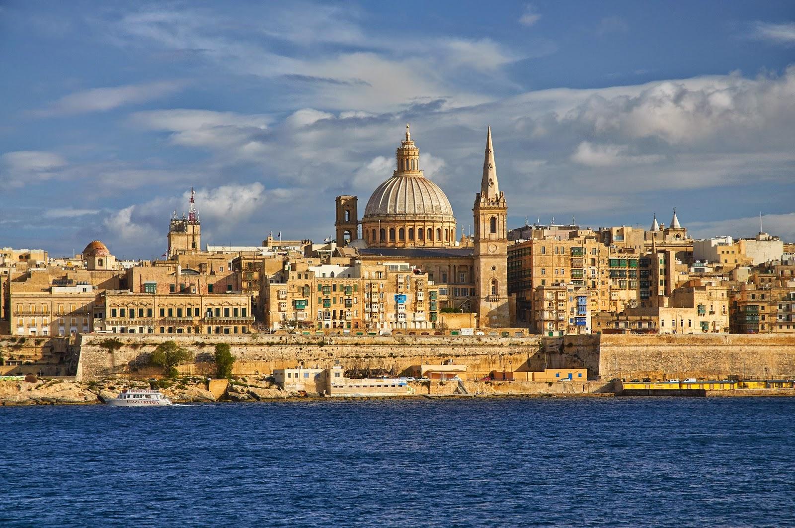 widok ze Sliemy na stolicę Malty Vallettę