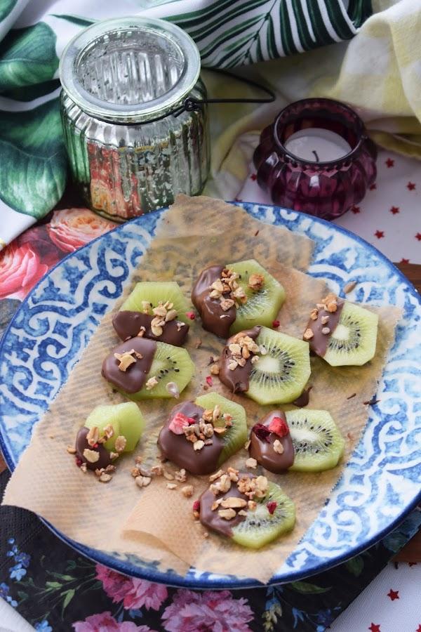 Chokladdoppad kiwi med granola
