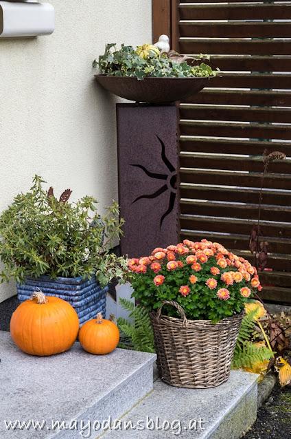 Herbstlich dekorierte Treppenstufen
