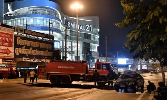 Tay súng Thái cố thủ trong trung tâm thương mại sau khi giết 20 người