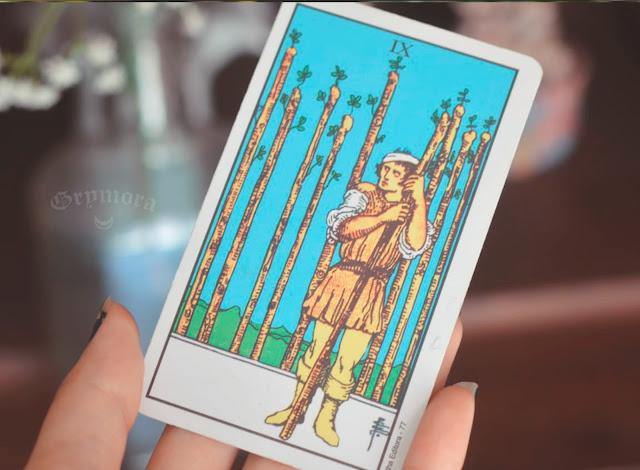 Saiba o significado da Carta 9 de Paus no Tarot do amor, dinheiro e trabalho, na saúde, como obstáculo ou invertida e como conselho.