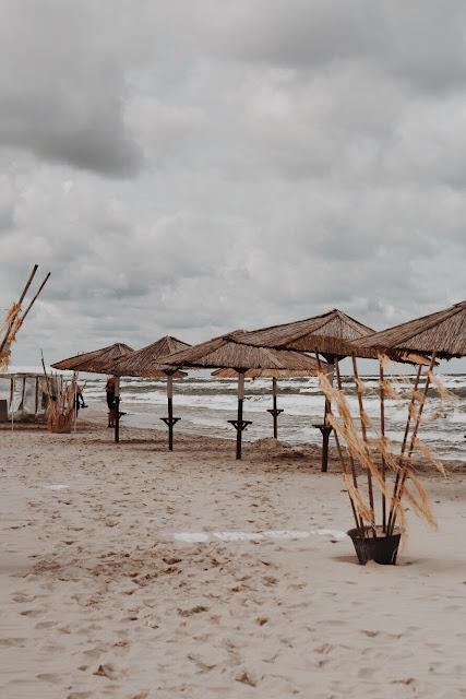 Parasole na plaży w Juracie.
