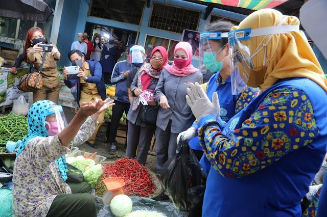 Blusukan ke Pasar-Pasar Tradisional, Feby Deru Bagikan APD