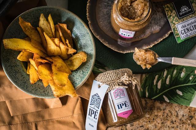 Chips de mandioquinha em prato de cerâmica e geleia