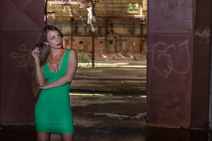 Un abito verde smeraldo. Una fabbrica abbandonata. f48b4e2aece