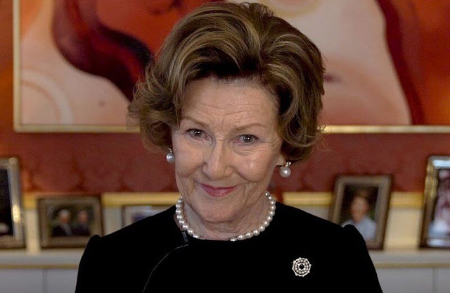 Queen Sonja visited Lillehammer Art Museum in a closed guided tour together with curator Cecilie Skeide and artist Hanne Borchgrevink