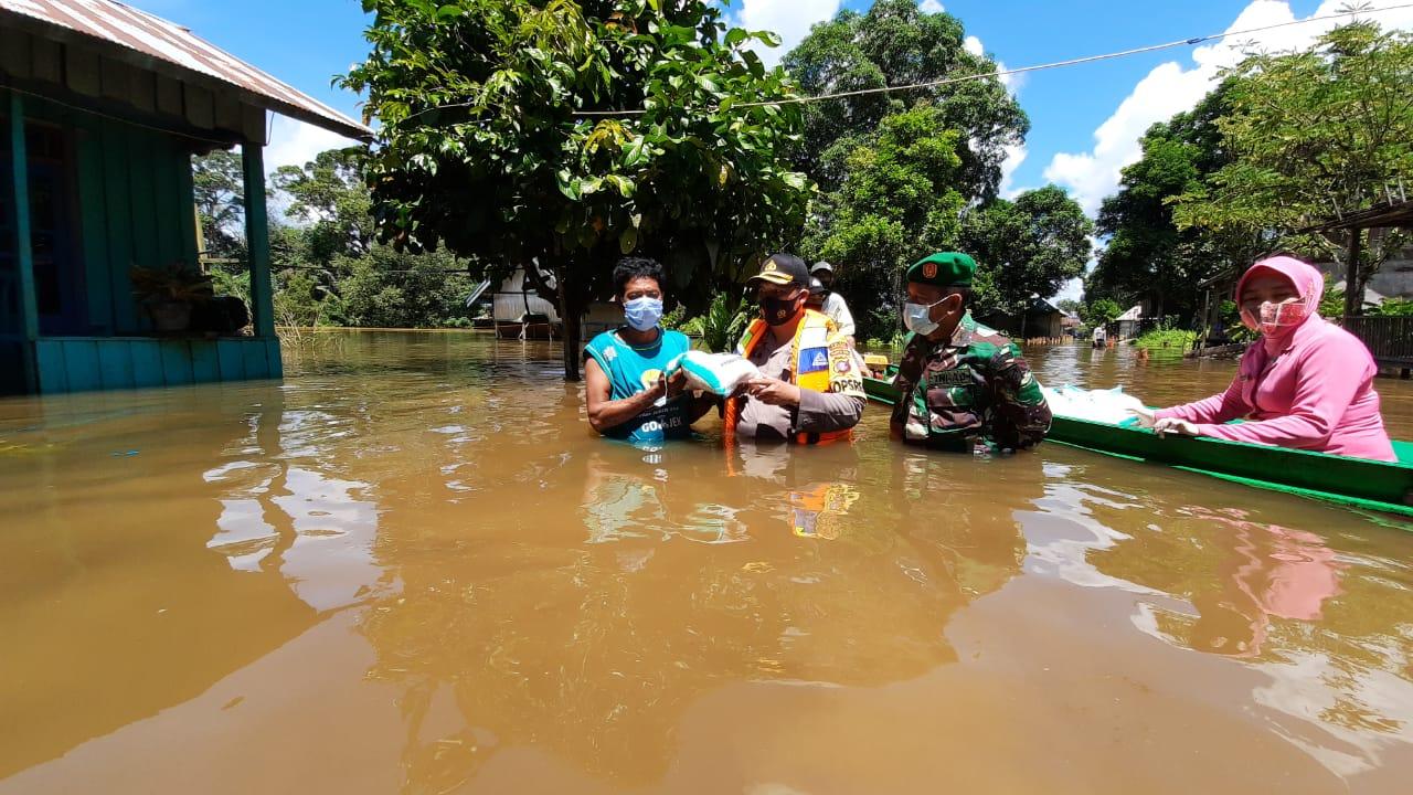 Di Tengah Banjir TNI-Polri Kembali Bagikan Bansos Beras Untuk Warga Desa Penopa