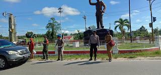 Petugas saat bagikan masker kepada pengendara di tugu Sukarno Km.2 Ngabang